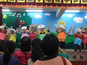 My 3rd grade students at 賢庵國小 sing a song about colors and the rainbow at an assembly.